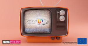 """Εικόνα η οποία απεικονίζει μια παλιά τηλεόραση που παίζει """"χιόνια"""" ενώ στο κέντρο της οθόνης υπάρχει το λογότυπο του έργου. Κάτω δεξιά και αριστερά υπάρχουν τα λογότυπα τόσο της Homo Evolution, όσο και της Ευρωπαϊκής Ένωσης"""